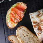 Пшеничный хлеб с солёной рыбой